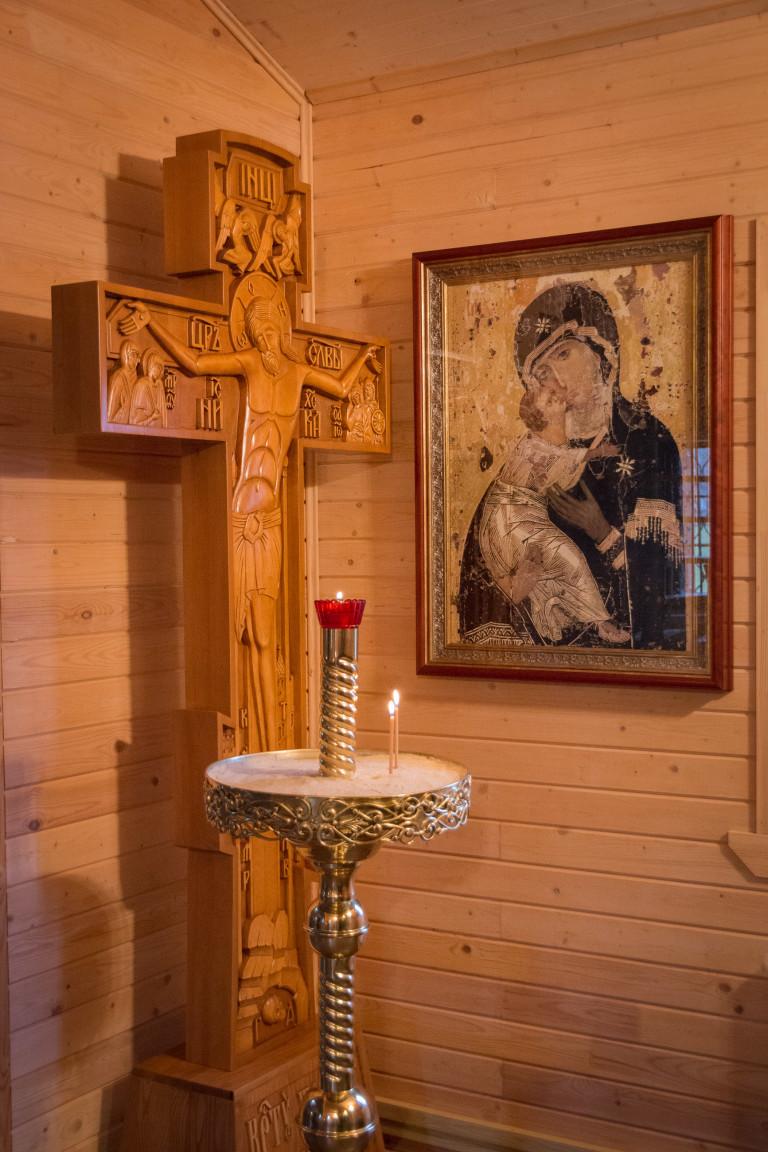 Распятие и Владимирская икона