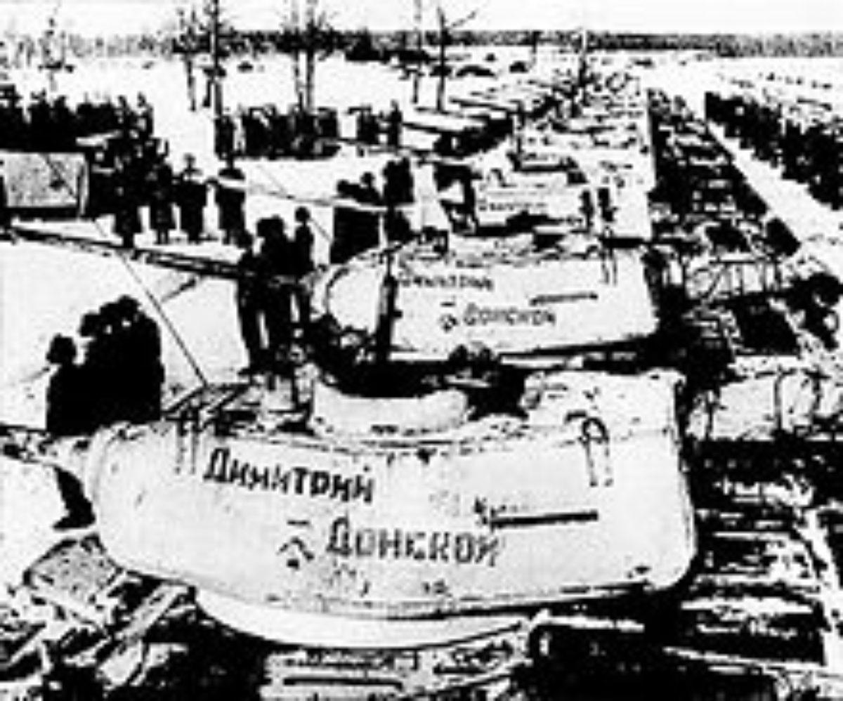 220px-Панорама_танковой_колонны_-Дмитрий_Донской-_в_день_передачи