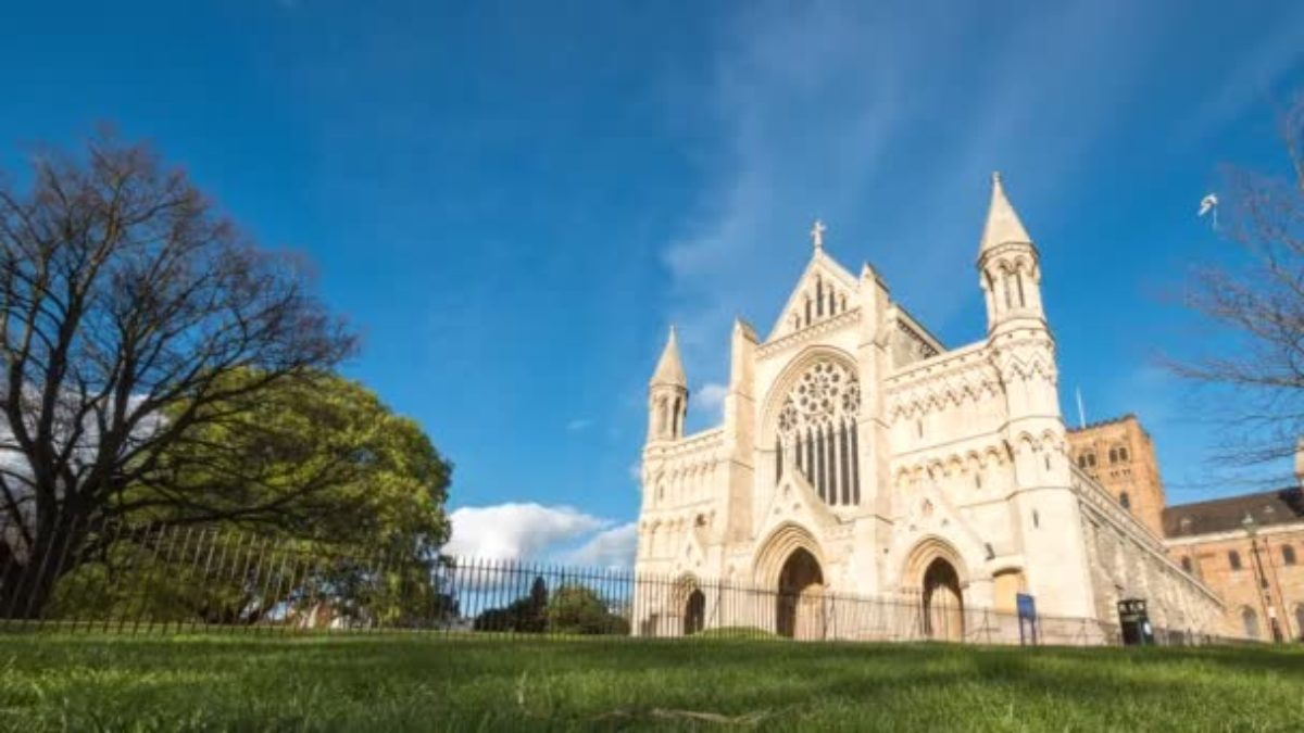 depositphotos_166523344-stock-video-st-albans-cathedral-hertfordshire-england